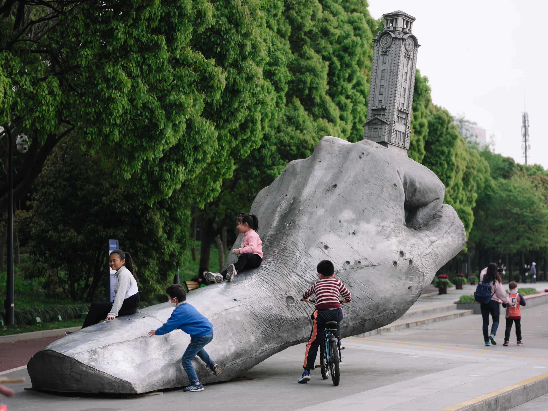 2020年春,上海公园,孩子与塑像。