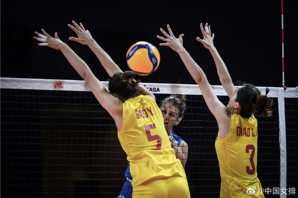 中国女排在比赛中拦网。