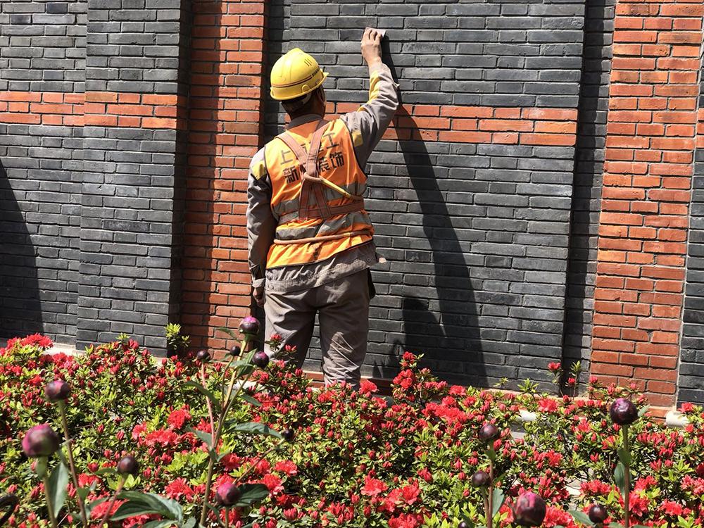 2021年3月,工人对中共一大纪念馆外立面做最后的精修。