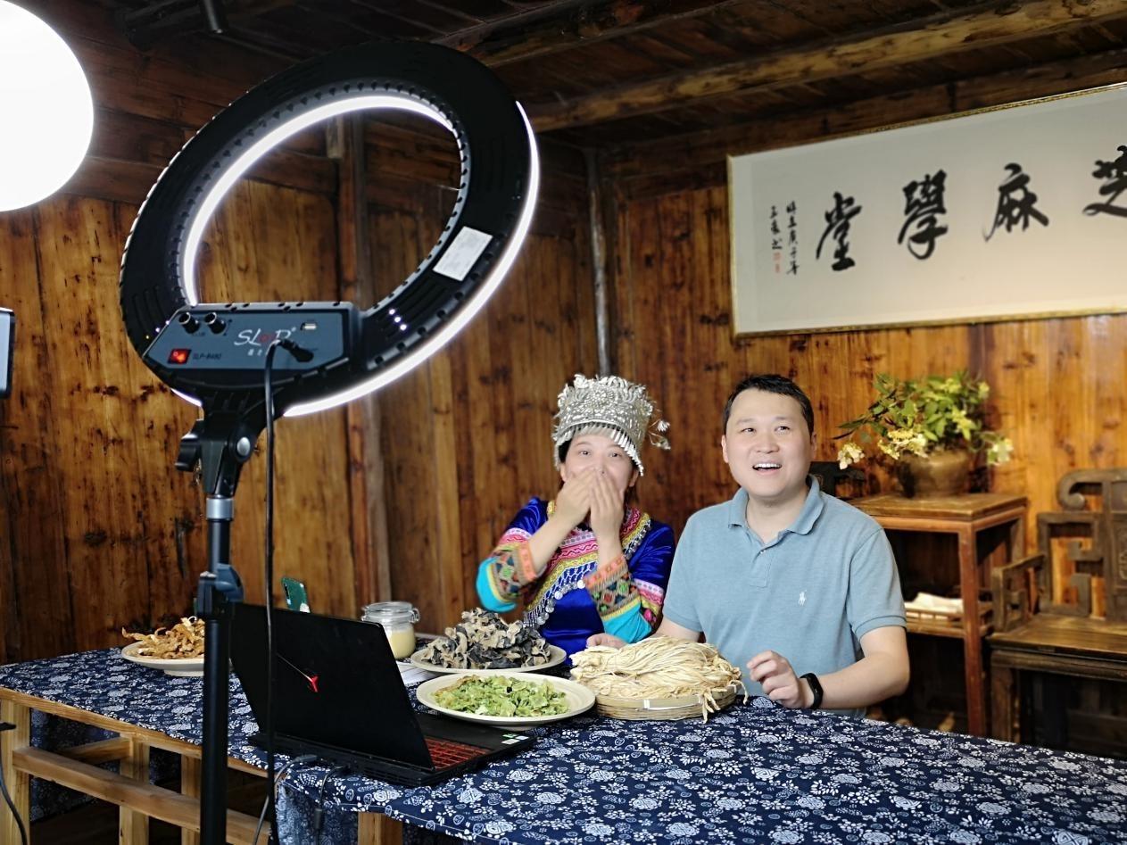 刘书军(右)在直播间为当地农产品带货 央视网 图
