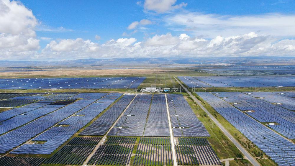 """以光伏治沙、多能互补、智能电网为核心的持续技术创新,正在推动青海成为未来新能源产业经济的""""蓝海""""。"""