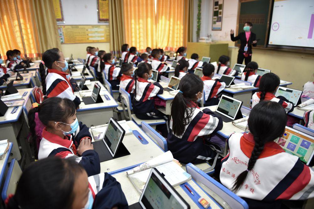 """长江源村里建起""""长江源民族学校"""",各类设施一应俱全。学校不仅开展双语教学,还利用""""智慧教育""""平台共享优质教学资源。教育上的大变化,预示着孩子们的美好未来。"""