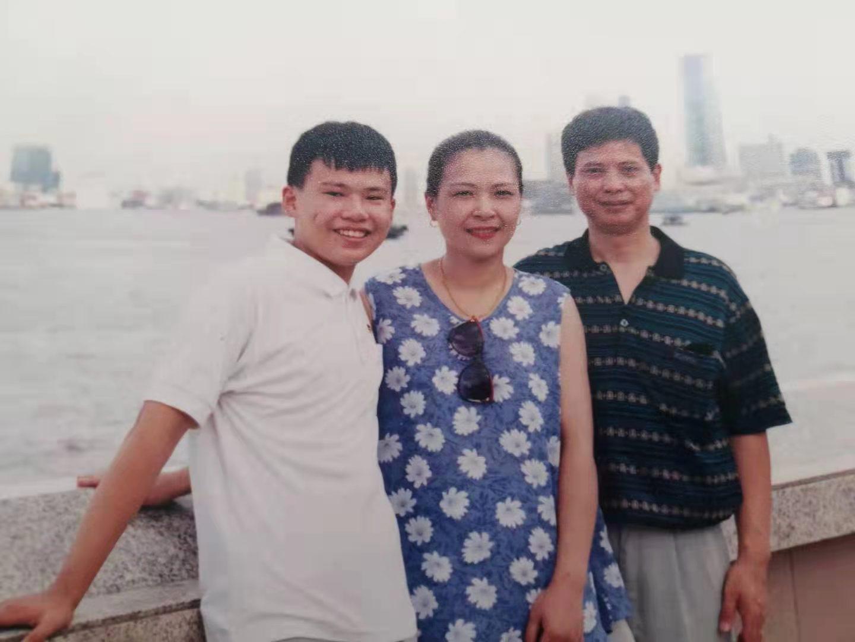 1999年,作者与父母在外滩散步留影。作者供图。