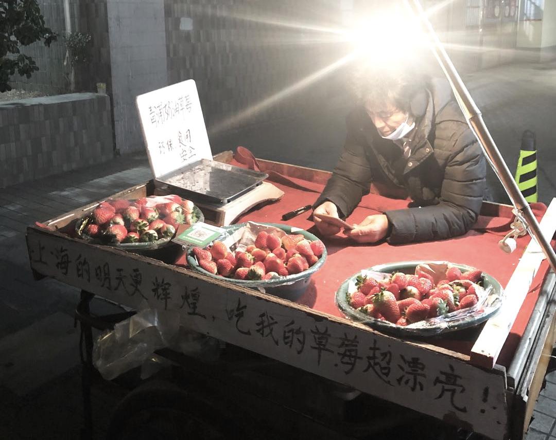 上海街头一处水果摊。澎湃新闻记者冯婧 图
