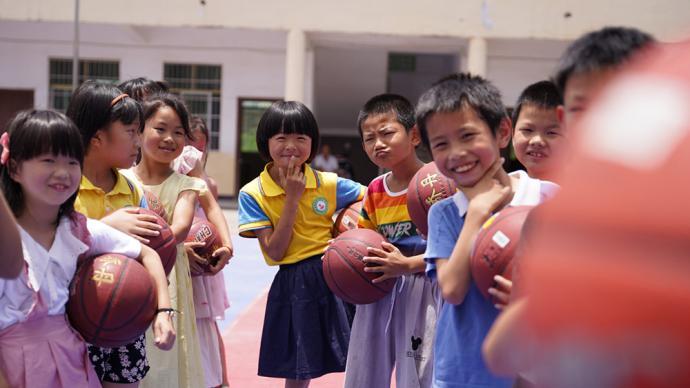 雪域童年|支教手记:烈日下,志愿者用汗水编织学生的体育梦