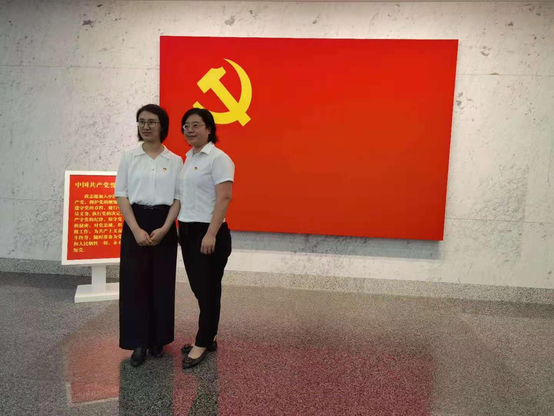 上海市卢湾高级中学思政教师梁阅(左)。