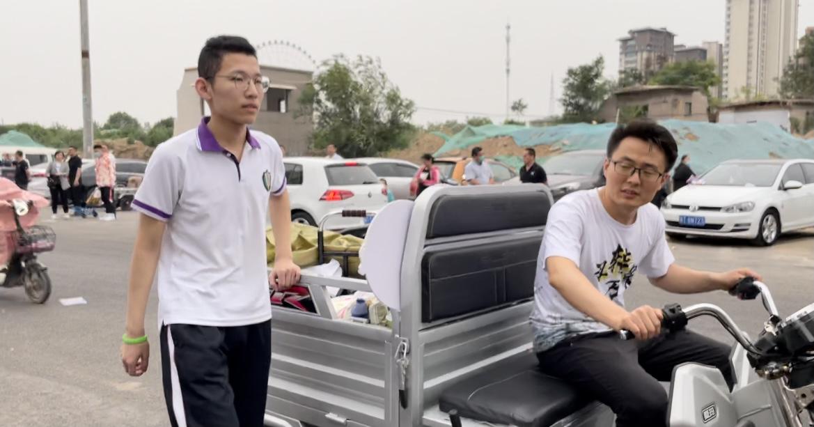 衡水中学高三毕业生张锡峰(左)。 澎湃新闻记者 吴怡 图
