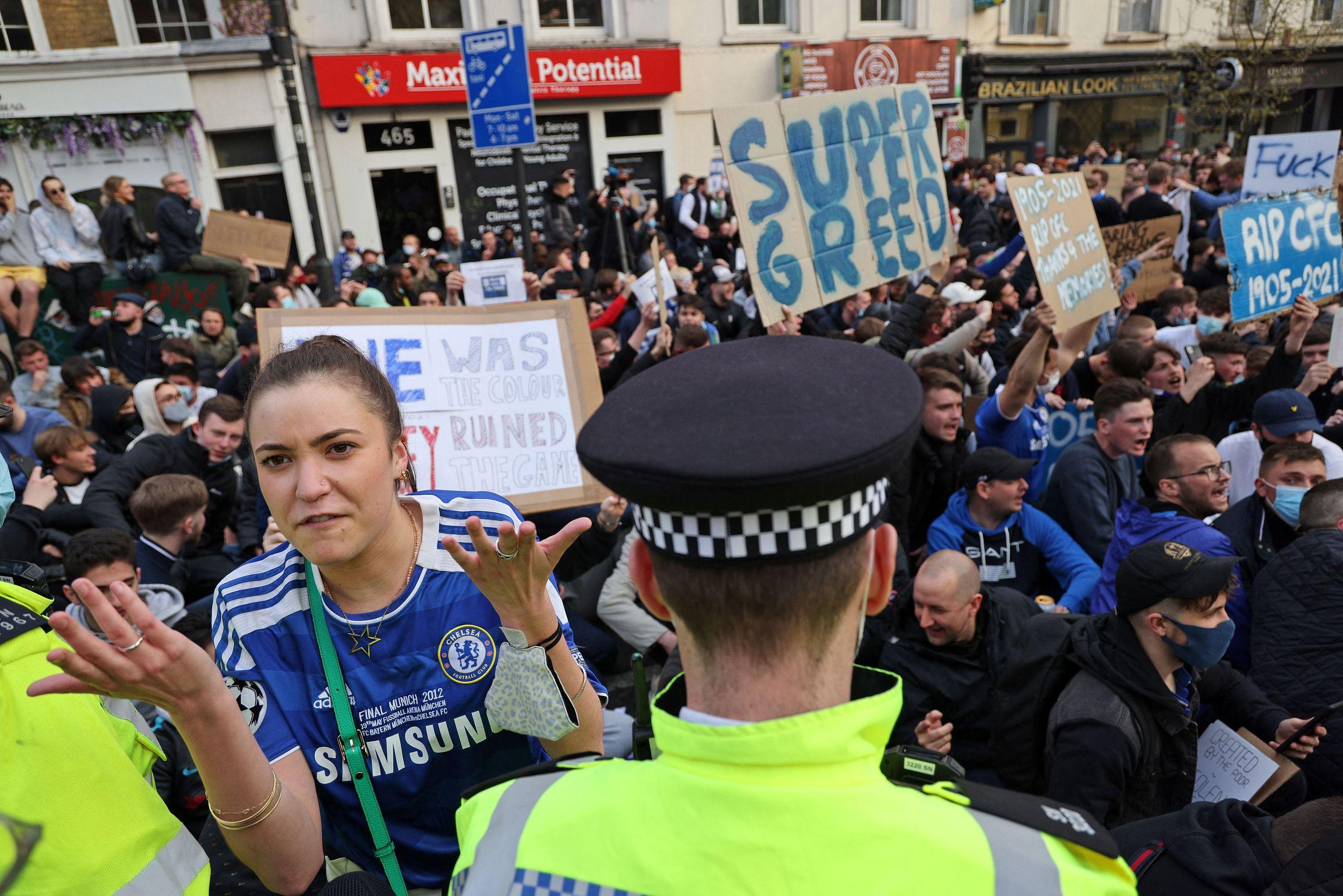 切尔西球迷抗议俱乐部的贪婪举动。