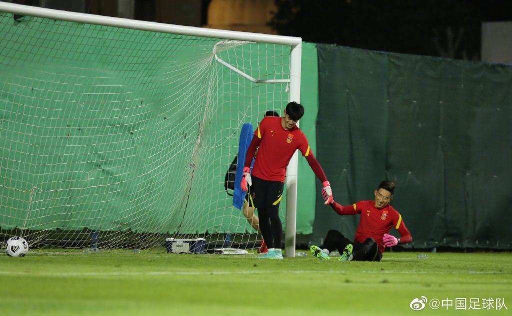 国足门将进行训练。