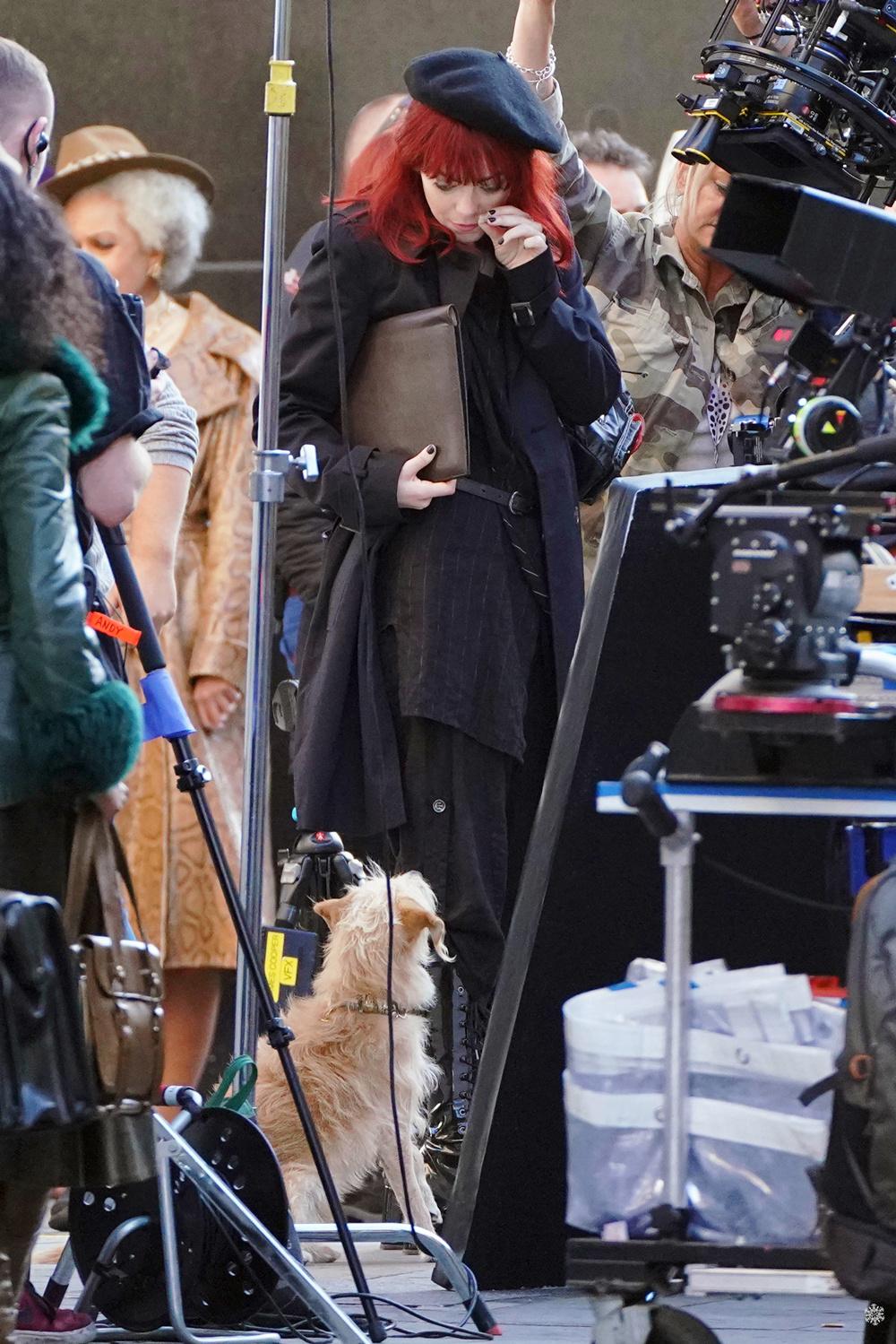 艾玛·斯通与鲍比在片场互动。