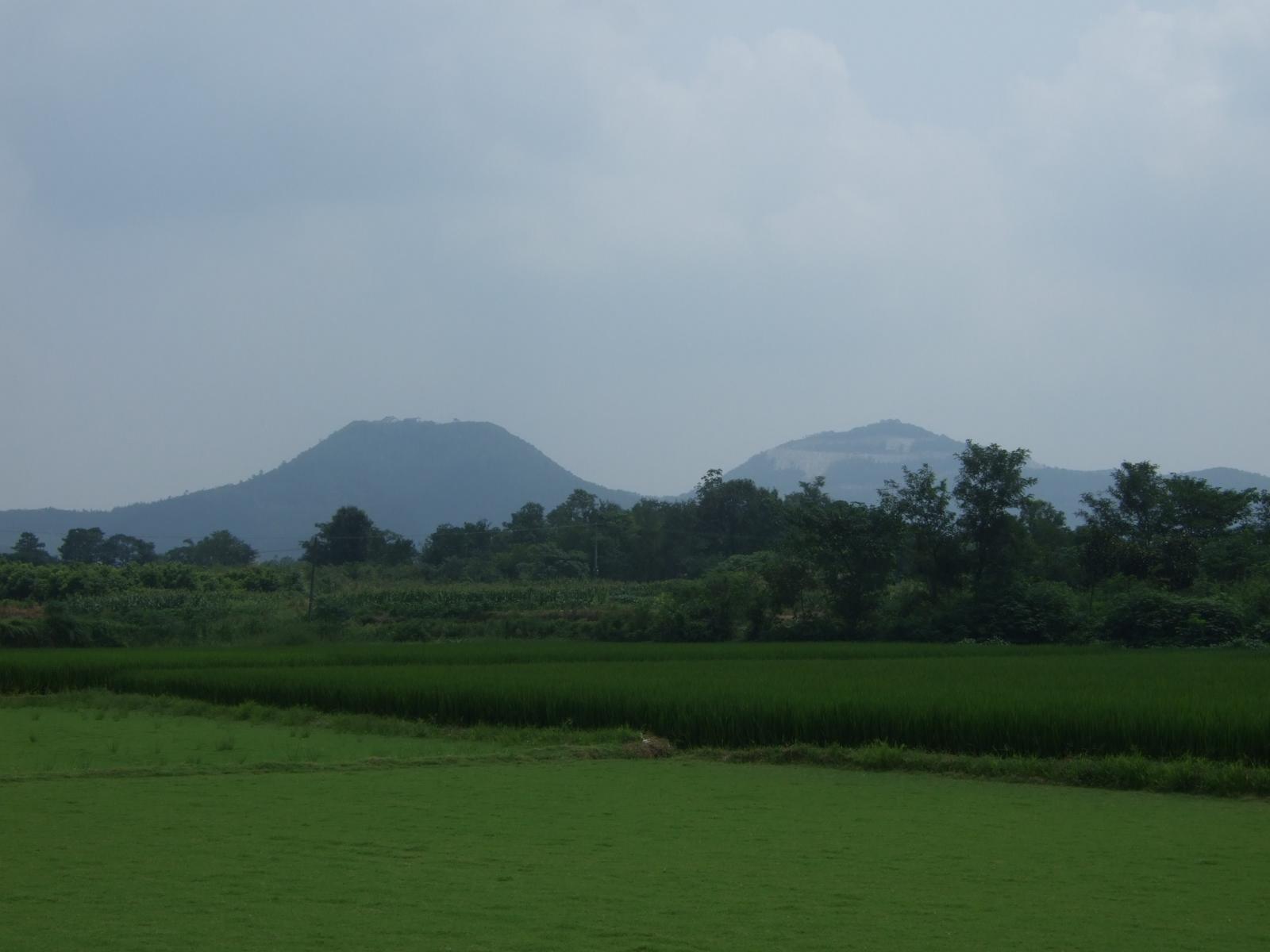 照片13 玉晨村远眺小茅山(左)、中茅山(右)