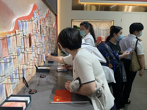2021年6月10日,中共一大纪念馆留言墙,参观者们纷纷留言。本文图片均为澎湃新闻记者 朱奕奕 摄
