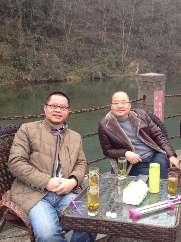 作者与故友相聚河畔。