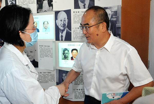 查琼芳向张定宇赠送由她撰写的《查医生援鄂日记》一书。