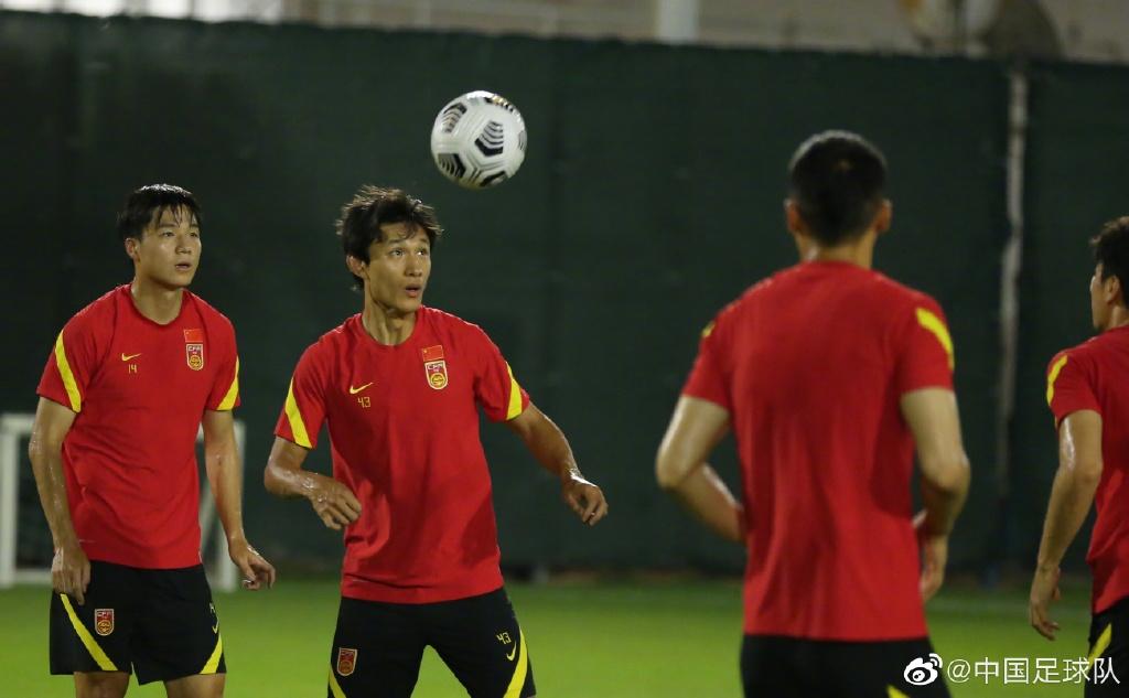 国足在训练中。