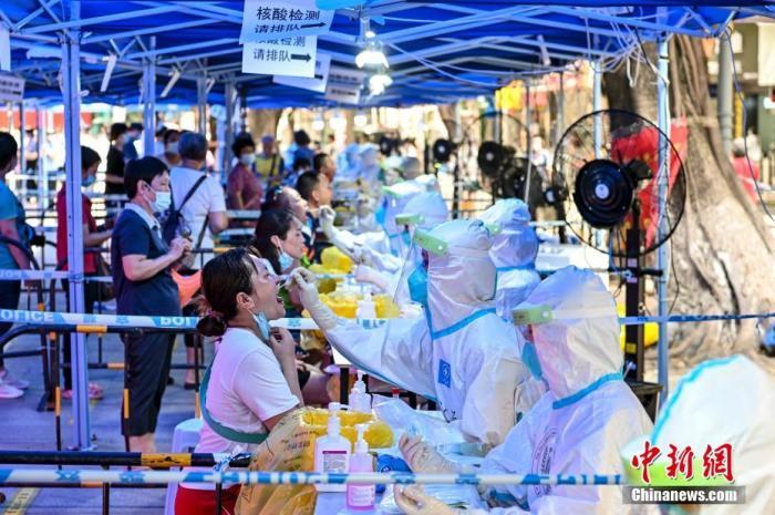 6月10日,广东省广州市,市民在荔湾区龙津华府临时核酸检测点接受核酸检测。中新社记者 陈骥旻 摄