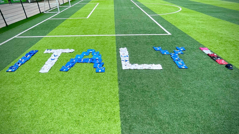 """中国球迷用球衣摆出""""ITALY""""字样。图片授权:@不爱小罗只爱卡卡"""