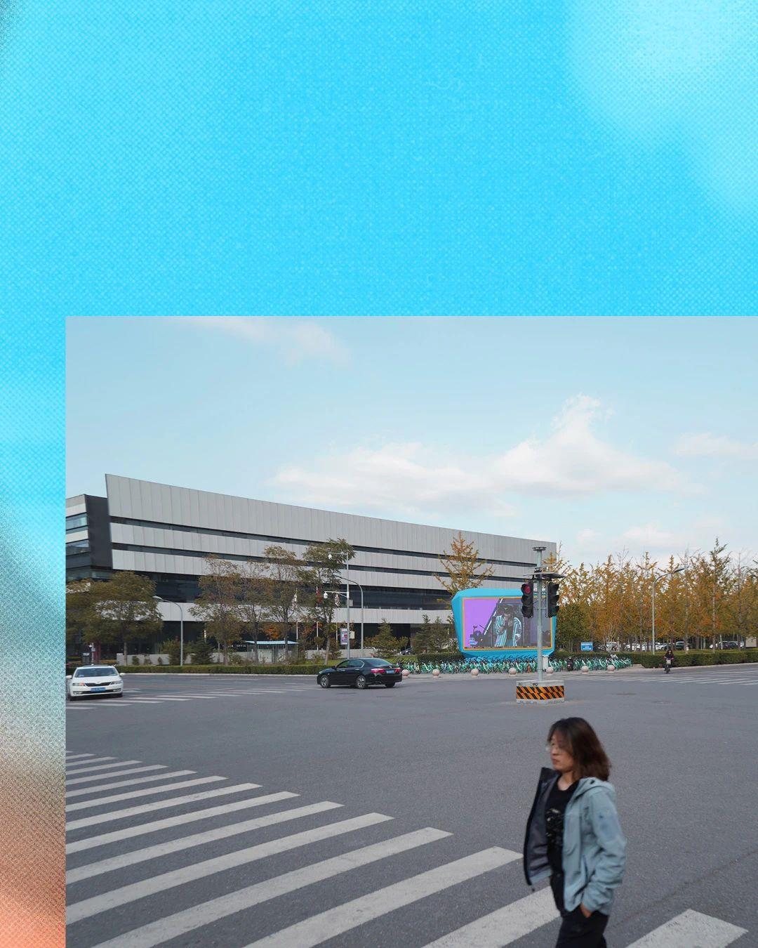 """""""泡泡后厂村""""聚焦北京北五环外被称为""""中国硅谷""""的后厂村,以这一地区为例,探讨建筑、地理特征和物理空间如何塑造社会空间的形态,以及社会结构在何种程度上受到社会空间和外部环境的影响和制约。 详情请关注北京德国文化中心歌德学院微信公众号"""