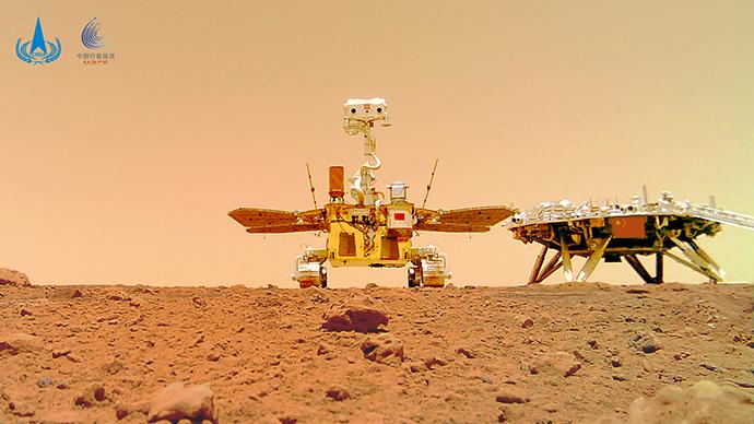 """""""着巡合影""""图 """"祝融号""""火星车 摄 (图片来源:国家航天局)"""