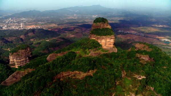 广东丹霞山 图片来自《航拍中国》