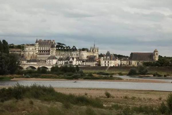 昂布瓦兹(Amboise)地段的卢瓦尔河,远处是一座法国王室城堡。图片来源:澎湃新闻