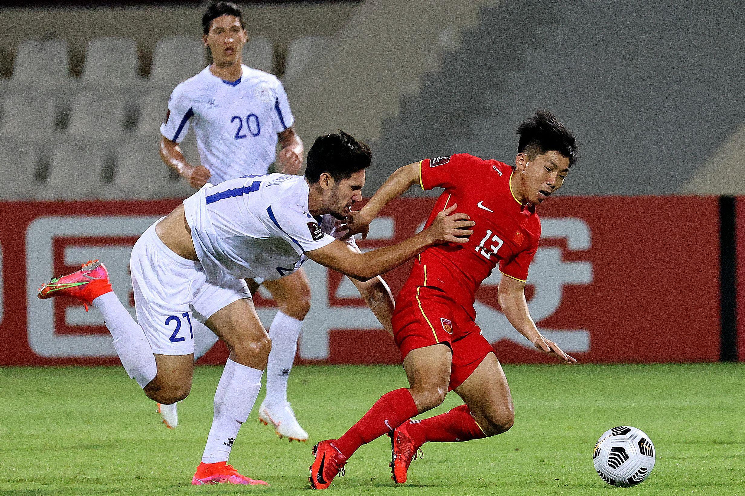 国足球员展现了拼劲。