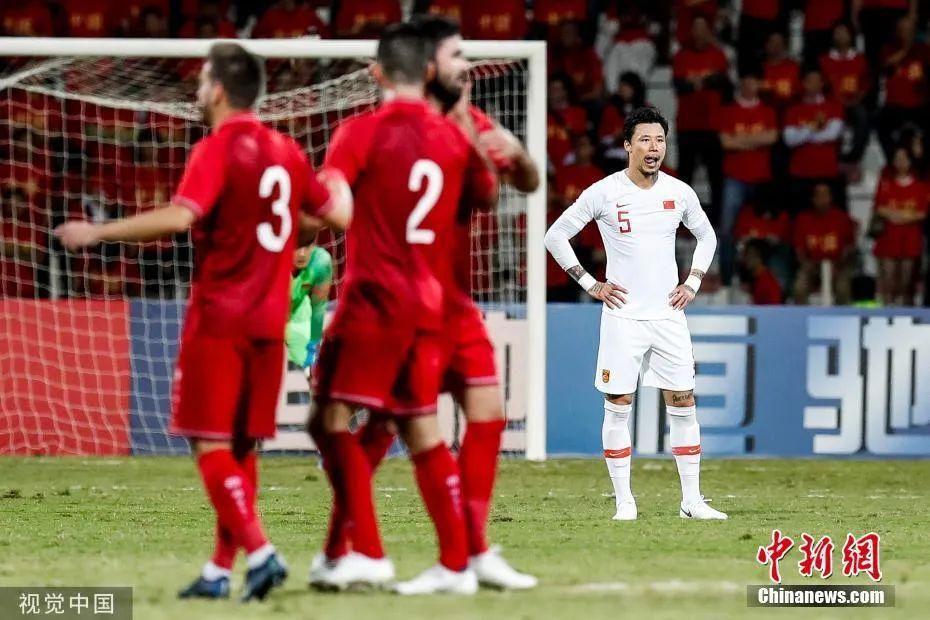 资料图:2019年11月14日,国足在世预赛40强赛中不敌叙利亚,赛后里皮宣布辞职。图片来源:视觉中国。