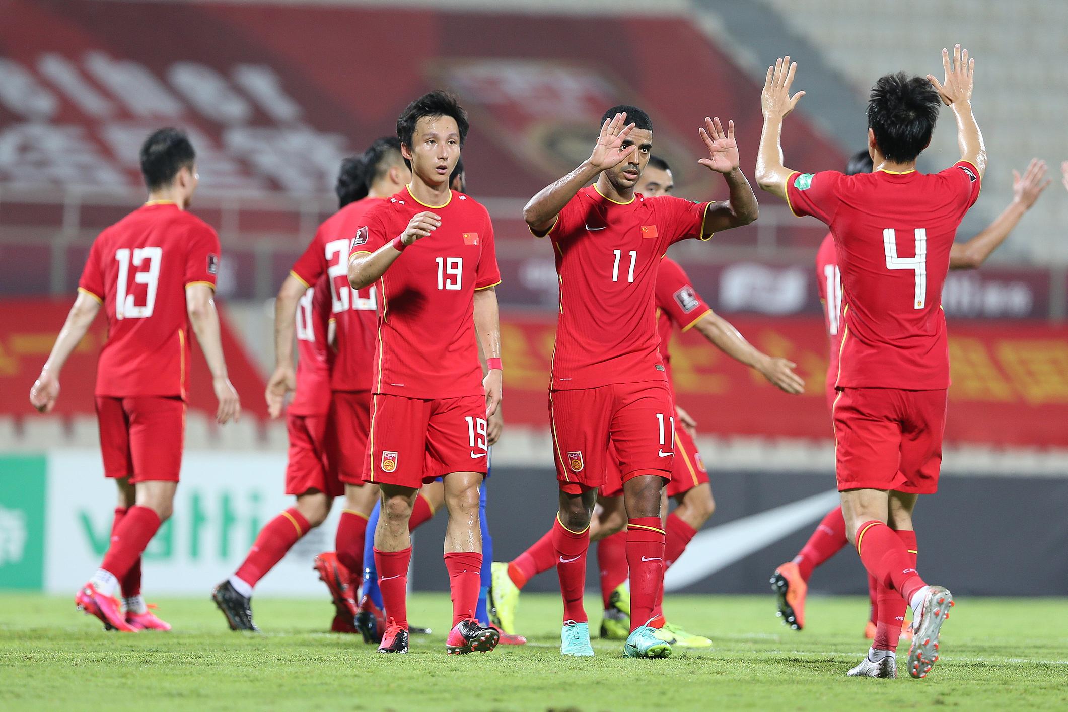 国足队员庆祝进球。