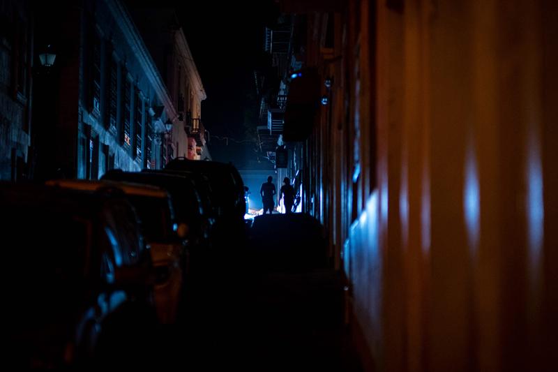 当地时间2021年6月10日,波多黎各圣胡安,当地一处配电厂突然发生爆炸,现场引发大火不断冒出黑烟,导致全岛近万户停电。负责营运的电力公司表示,就在爆炸发生前,该公司系统遭到黑客网络攻击。