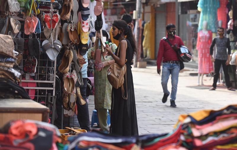 当地时间2021年6月11日,印度新德里,当地新冠疫情严重。据印度卫生部公布的最新数据,印度新冠肺炎确诊病例升至29274823例。在过去24小时内,印度新增确诊病例91702例;新增死亡病例3403例,累计死亡病例达363079例。