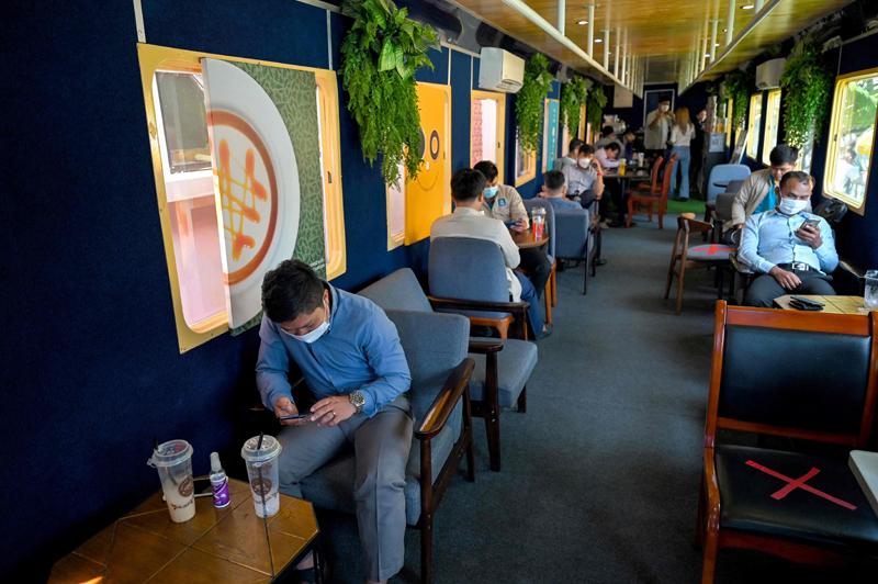 当地时间2021年6月11日报道,柬埔寨金边,火车车厢里的咖啡馆。受新冠疫情影响,柬埔寨火车旅行基本停止,但人们可以在这个用火车车厢改成的咖啡馆里拍照喝饮料。