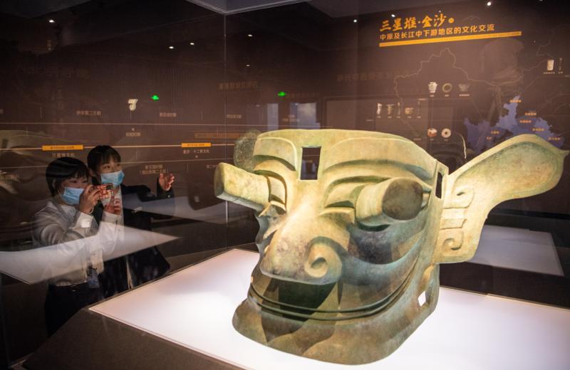 巨大的青铜面具