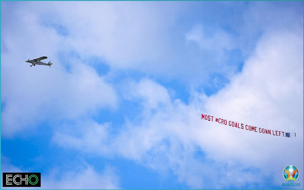 英格兰球迷雇飞机提醒球队。