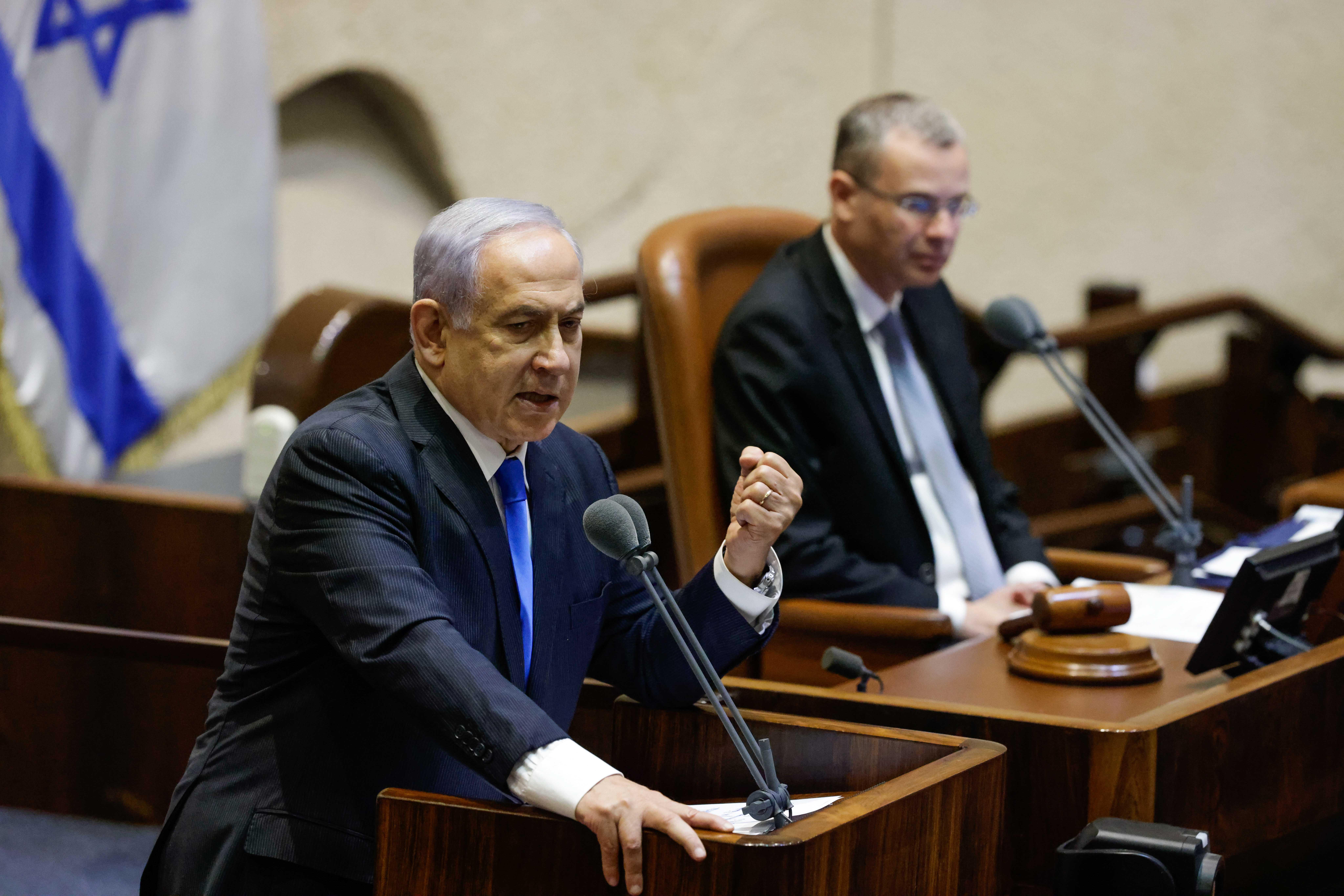 6月13日,内塔尼亚胡(左)在位于耶路撒冷的以色列议会出席就新一届政府组建方案进行投票的特别会议。 新华社 图