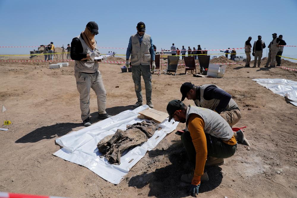"""当地时间2021年6月13日,伊拉克摩苏尔,据伊拉克官方表示,在当地挖掘万人坑时,发现了被""""伊斯兰国""""杀害的受害人遗体。"""