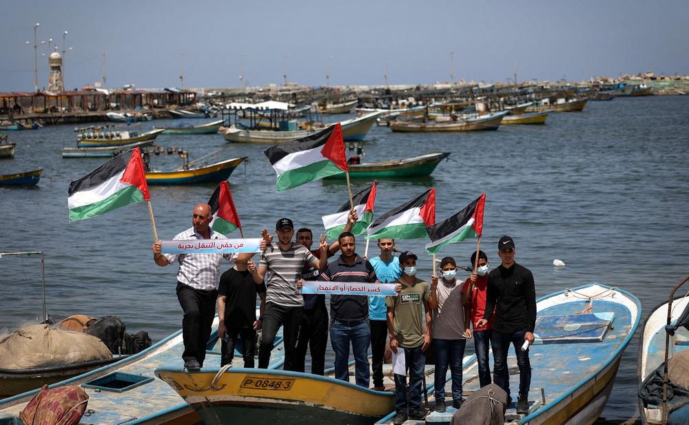 当地时间2021年6月13日,加沙地区,巴勒斯坦渔民在加沙海港抗议以色列将捕鱼区减少到6海里。