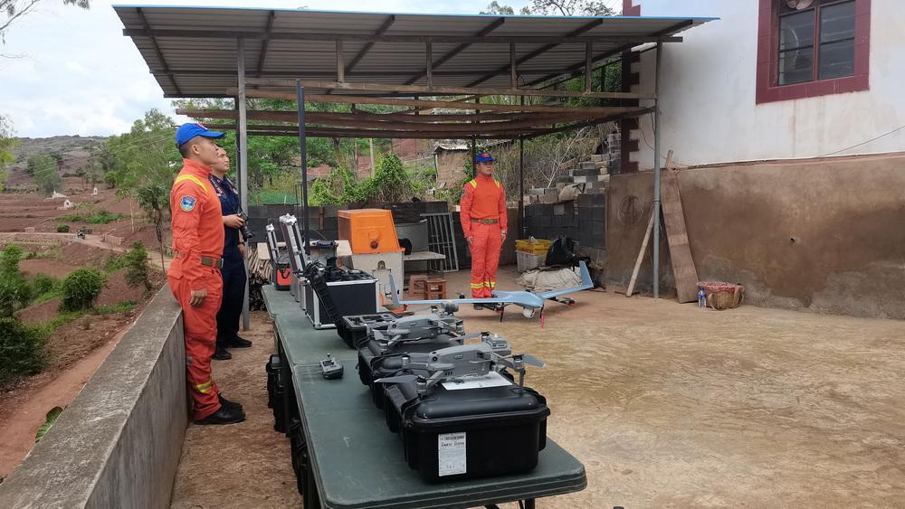 云南省森林消防总队野生亚洲象搜寻监测分队成员和监测设备。澎湃新闻记者 王万春 图