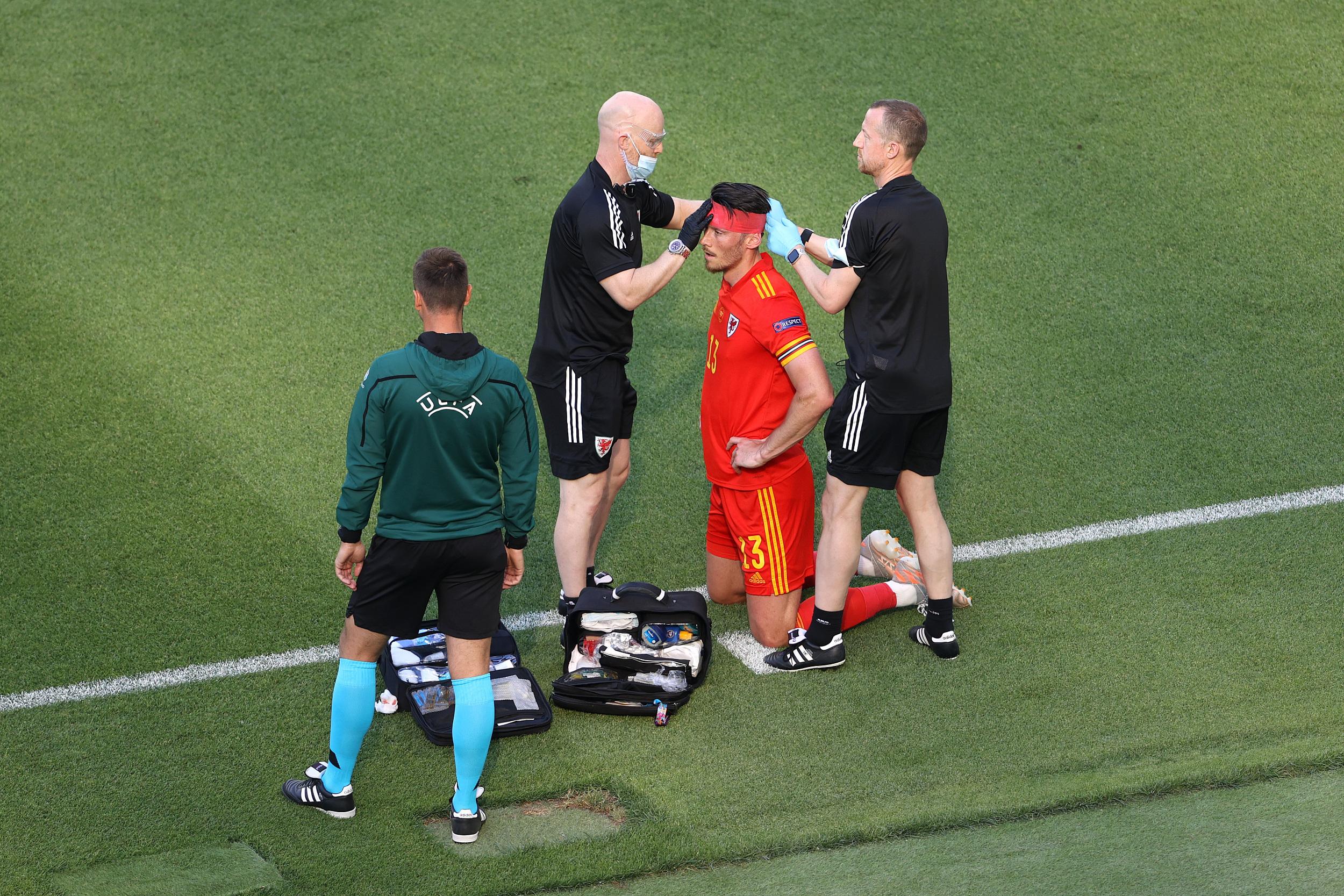 威尔士球员穆尔拼到头破血流。