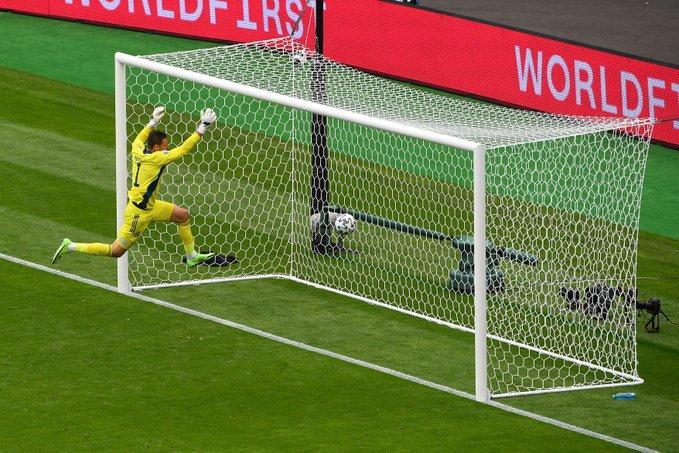 苏格兰门将马绍尔望球兴叹。