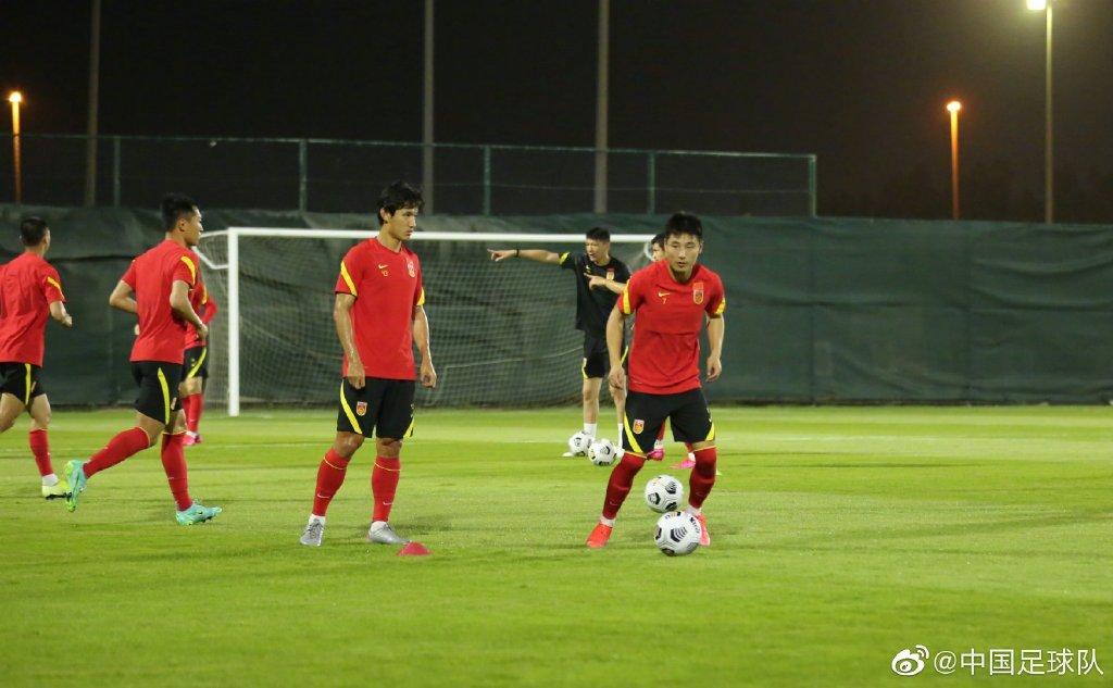 国足球员在训练中。