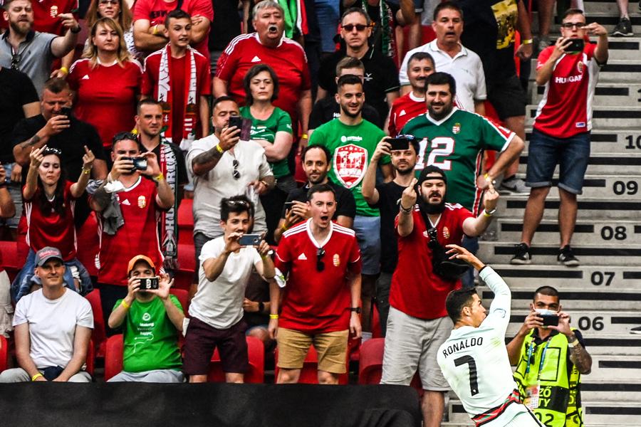 匈牙利球迷对着C罗竖中指。