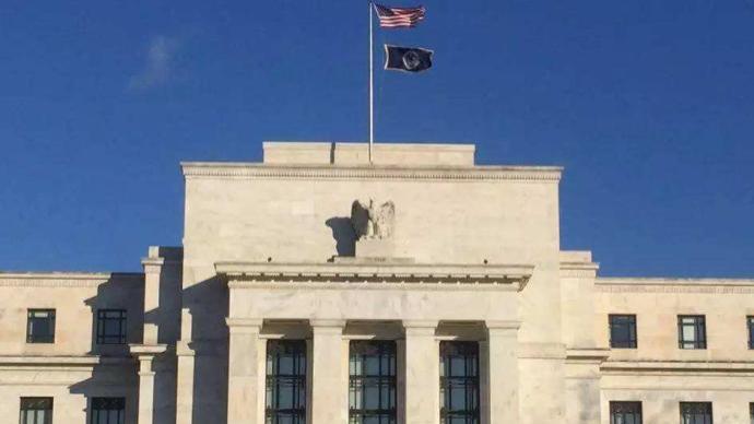 美联储维持联邦基金利率目标区间不变,大幅上调通胀预期