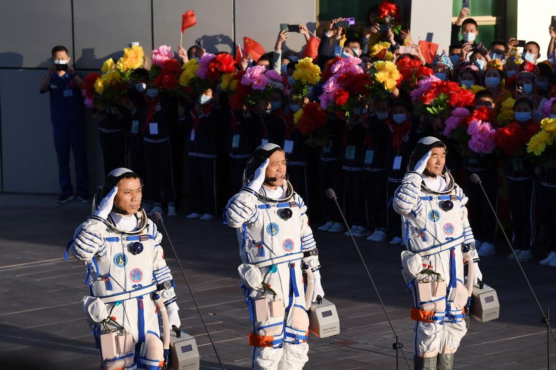 2021年6月17日6时30分许,聂海胜(中)、刘伯明(右)、汤洪波3名航天员领命出征。