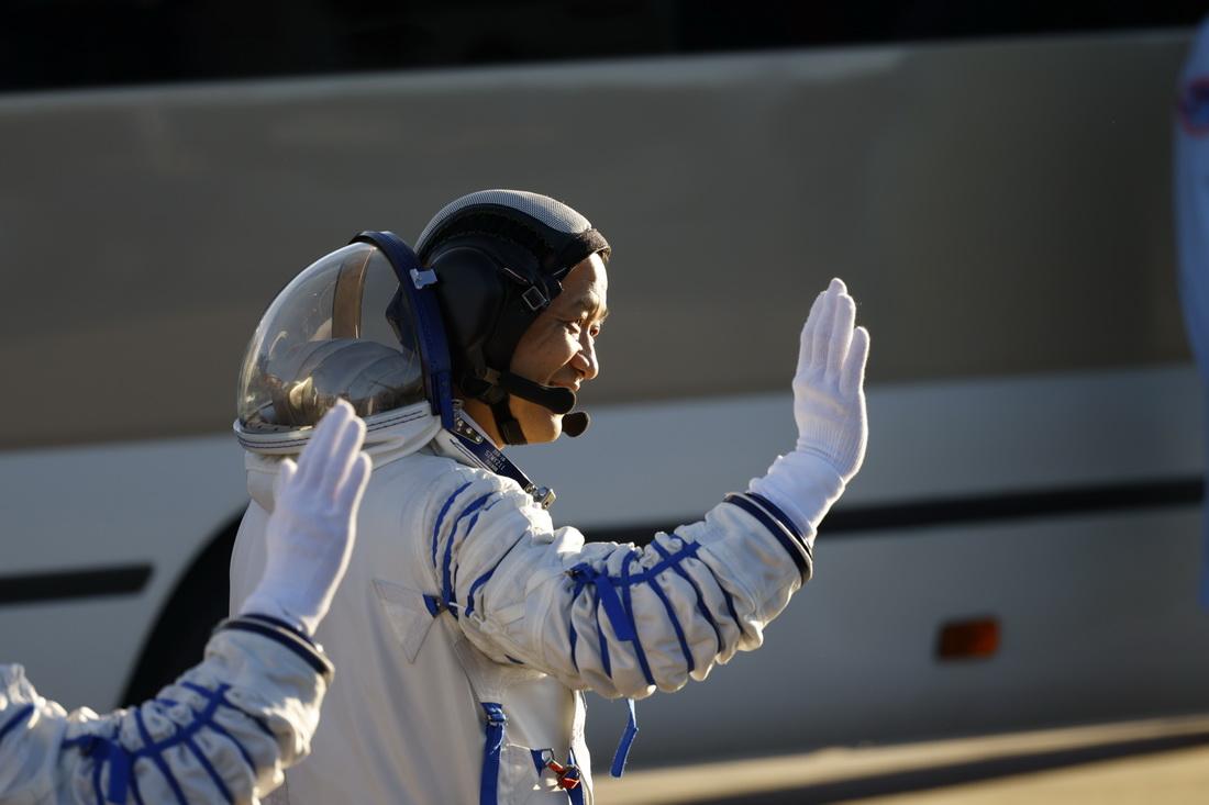 2021年6月17日6时30分许,酒泉卫星发射中心,航天员聂海胜挥手致意。