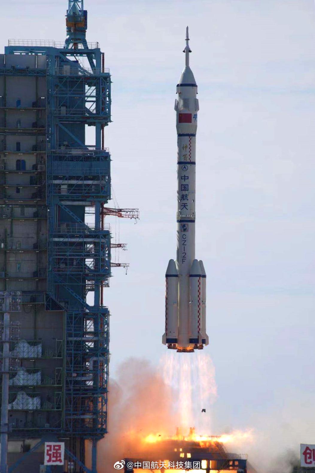 2021年6月17日,搭载着神舟十二号载人飞船的长征二号F遥十二运载火箭在酒泉卫星发射中心点火升空。@中国航天科技集团 图