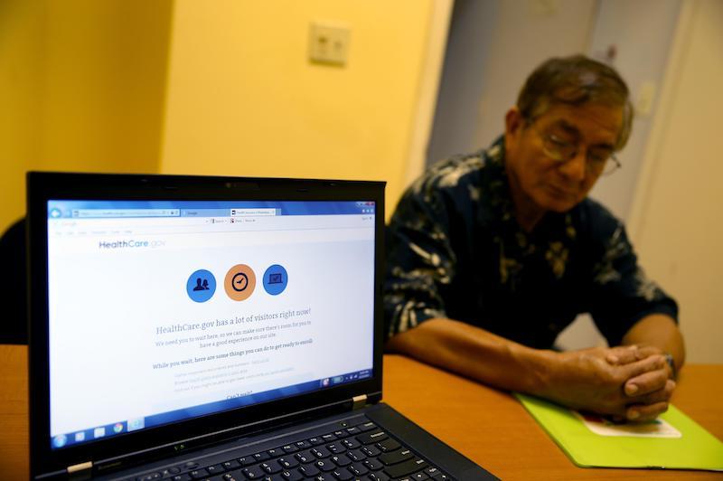 2013年12月23日,美国迈阿密,民众准备通过医保网站参保