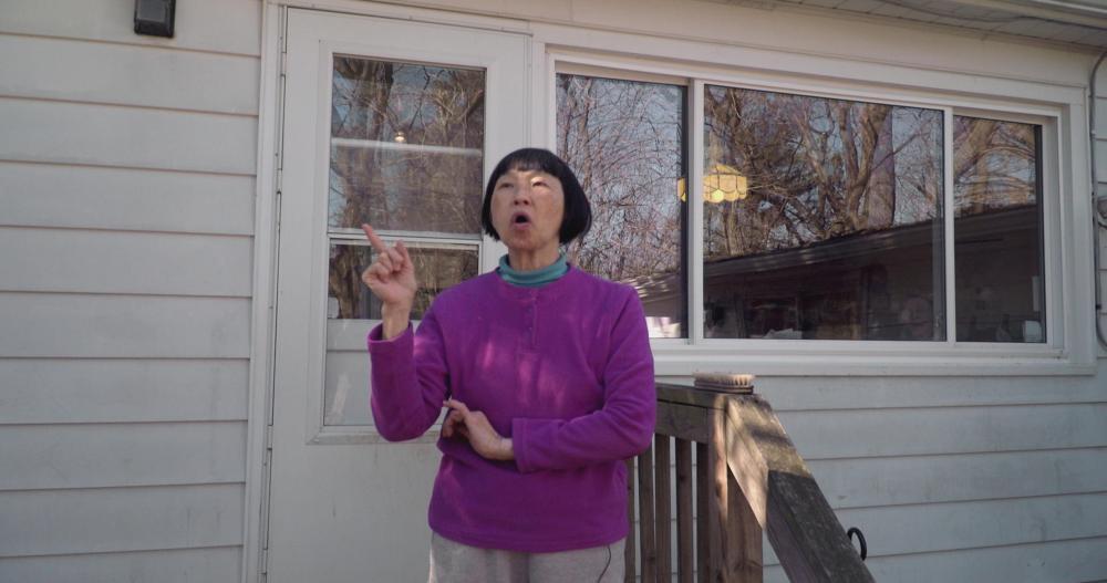 Margaret试图与鸟儿接触、跟鸟呼应。