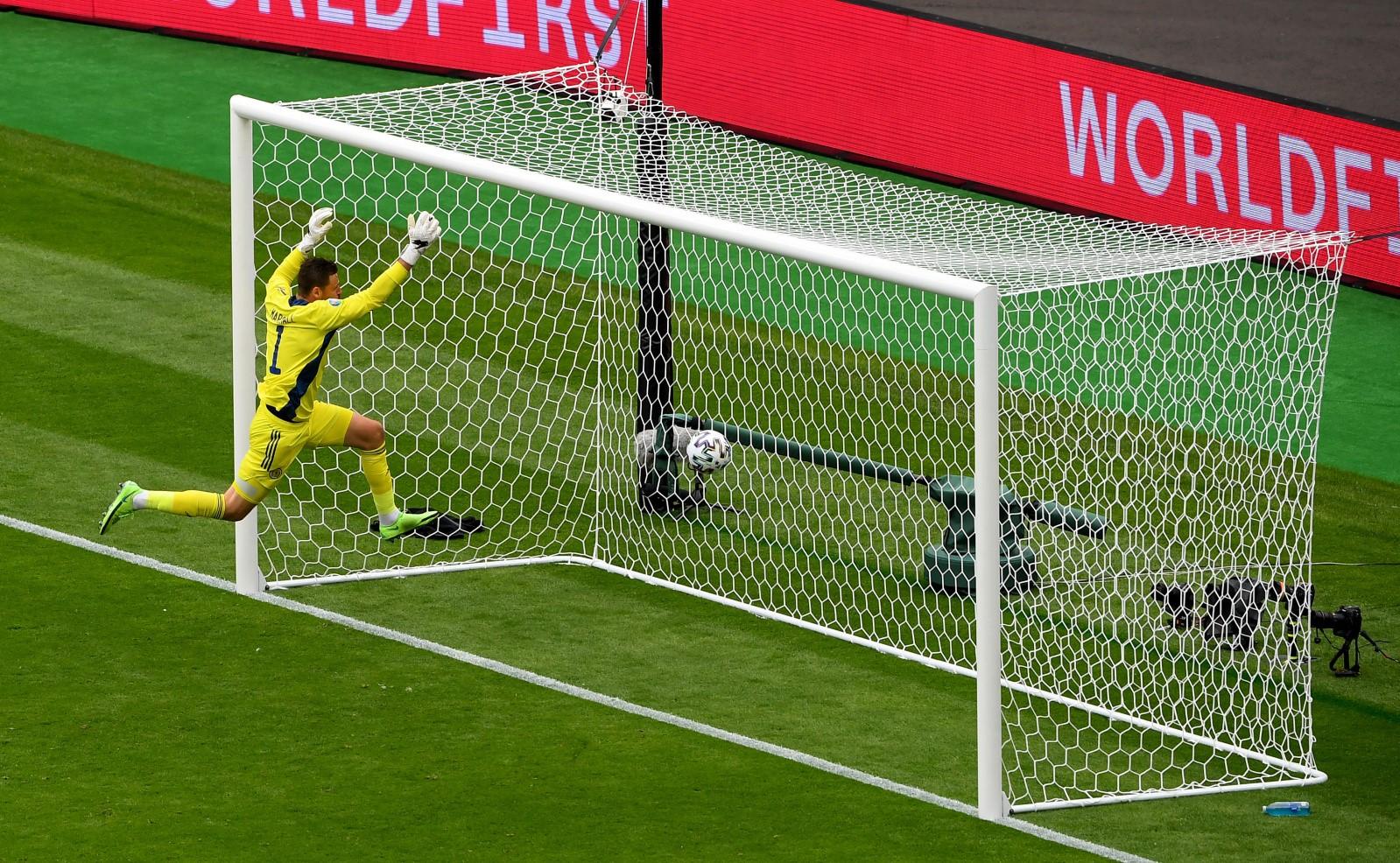 苏格兰门将马绍尔救球。