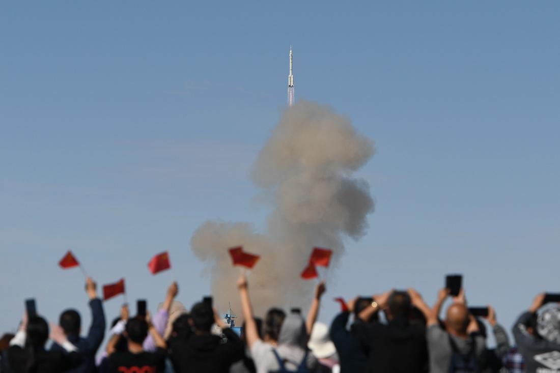 2021年6月17日,神舟十二号载人飞船在酒泉卫星发射中心点火升空。