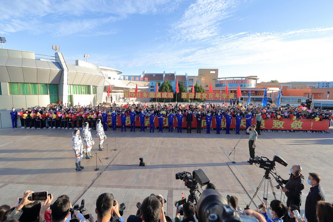 2021年6月17日6时30分许,中国载人航天工程总指挥、空间站阶段飞行任务总指挥部总指挥长李尚福下达命令,航天员领命出征。
